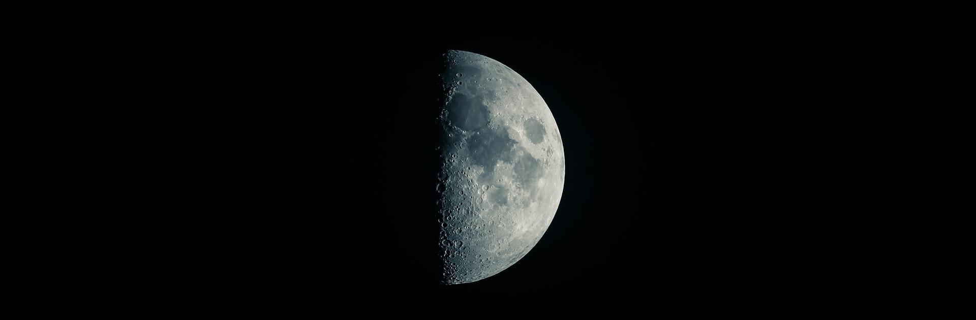 moon-2373242_1920